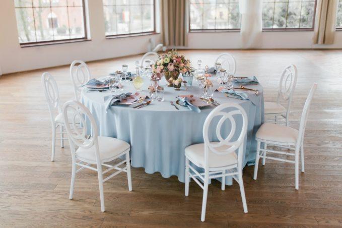 Krzesła drewniane na ślub