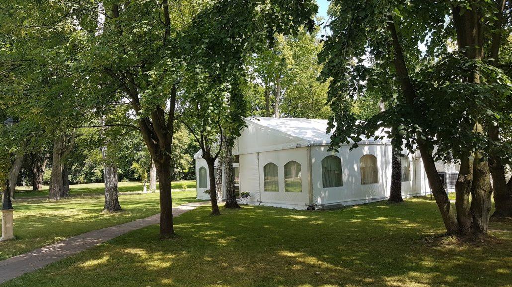 wynajem standardowych namiotów weselnych